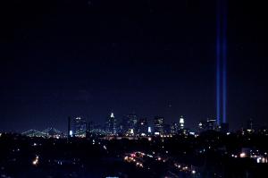 11/9/2004.ANNIVERSARIO DELL' 11 SETTEMBRE CON DUE FASCI DI LUCE A RAPPRESENTARE LE DUE TORRI ABBATTUTE NEL 2001...PHOTO RAY GIUBILO