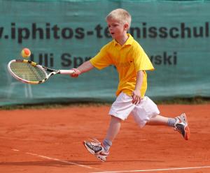 Midcourt Tennis Turnier fuer Kinder,kleiner Junge spielt Tennis,Vorhand,.Einzelbild,Aktion,Ganzkoerper,Querformat,