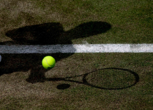 Wimbledon Championships 2011, AELTC,London,.ITF Grand Slam Tennis Tournament . Tennisball und Schatten auf dem Rasen,Symbol,Querformat,Feature,Detail,