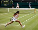 Wimbledon Championships 2011, AELTC,London,.ITF Grand Slam Tennis Tournament . vorne Marion Bartoli (FRA) auf dem Centre Court gegen Sabine Lisicki (GER),Einzelbild,Aktion,.Ganzkoerper,Querformat,