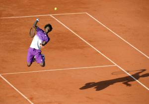 Paris, Roland Garros French Open Tennis Day 10 31/05/2011.Gael Monfils (FRA) slam dunks Roger Federer in his quarter final match .Photo: Roger Parker Fotosports International